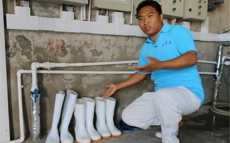 进舍时,有专门的靴子。