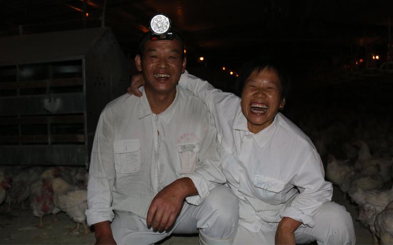 第八栋的张宪有和刘瑞喜是对夫妻工,他们有着说不完的故事呢。