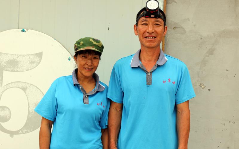 第五栋的李庆来和来自云南的娜三言也是对夫妻工,养起鸡来那可没说的。