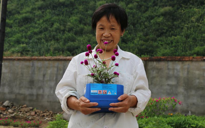 刘瑞喜告诉我们:鸡场的生活有花儿,有乐儿。