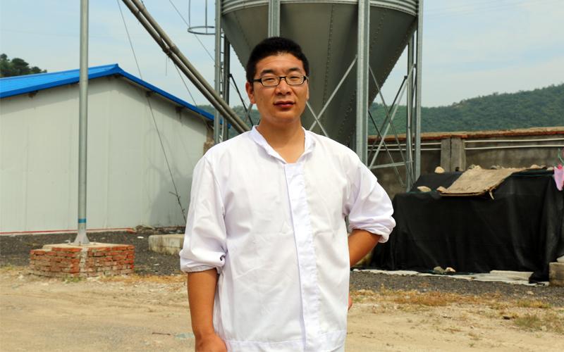生产主任马宏达几乎天天泡在鸡舍里,他对未来很自信。