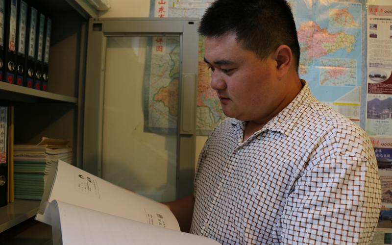 财务经理宋诗辉办事主动而认真,受到员工的夸奖。