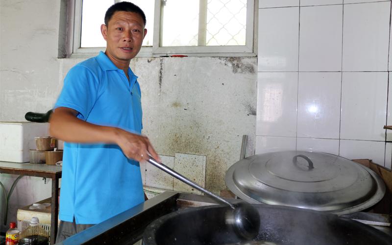 厨师张雪洪的笑容里,透露着多少故事啊。