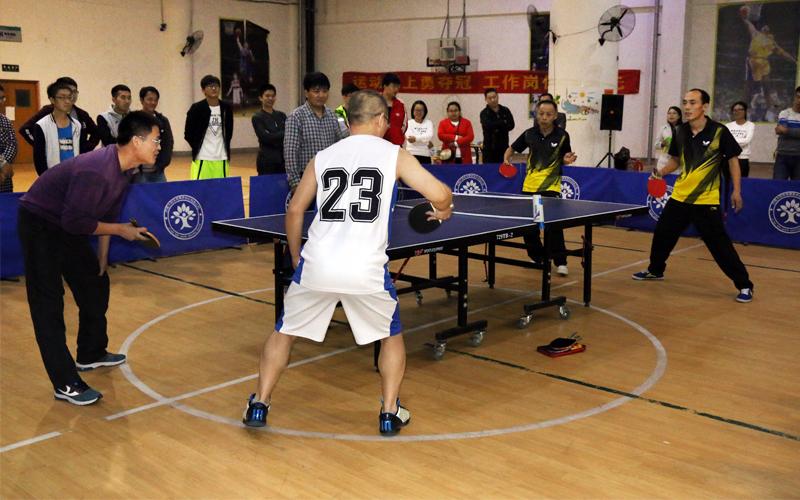 总裁王胜与褚新星联袂出场,对阵双打冠军,乒乓球表演赛异常精彩。