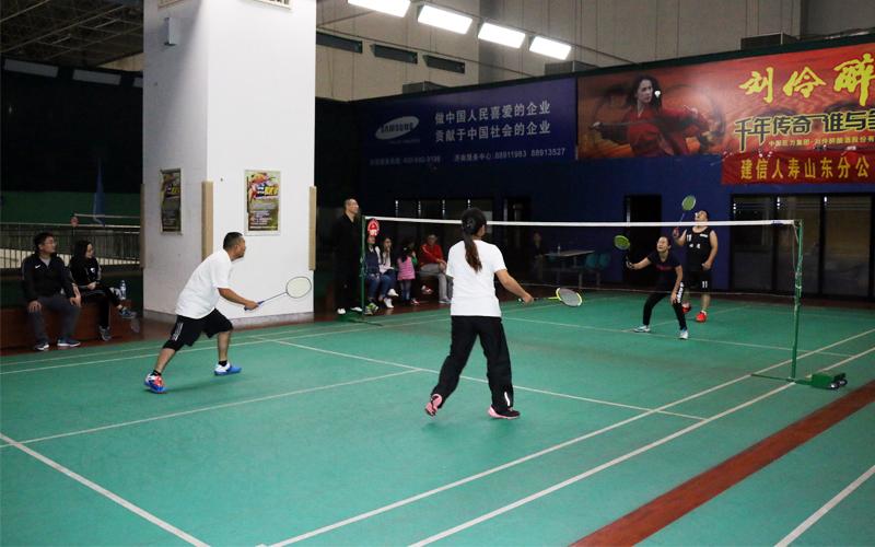 孟总和夫人与男女冠军的羽毛球表演赛,引得现场阵阵惊呼。