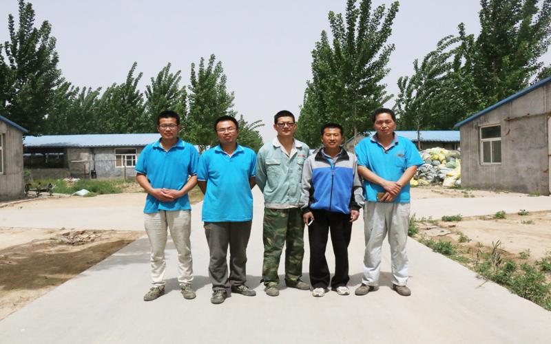 王海军、岳跃朋、刘秋实、亓同帅、卞盛山(从右至左)是那样的自信。