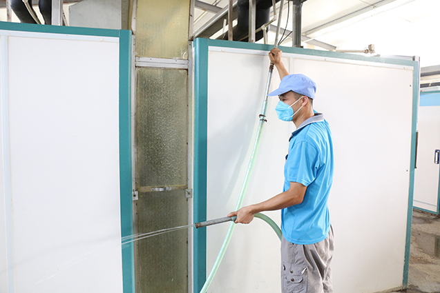 场里自己改造的不锈钢冲水管道,插上水管就能用,方便又省力。