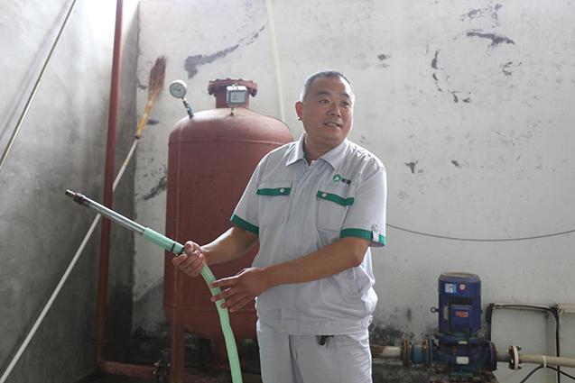 自制冲水管,蛇皮管替代高压冲洗管,喷头自己做,省钱的同时,效果也不错。